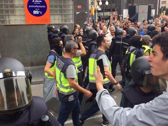 Agentes de la Policía se llevan urnas en Tarragona por el 1-O