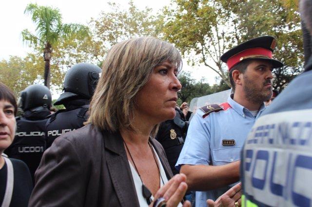 La alcaldesa de L'Hospitalet, Núria Marín, acude a un instituto por el 1-O