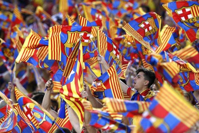 Aficionados seguidores Barcelona Camp Nou grada animación banderas