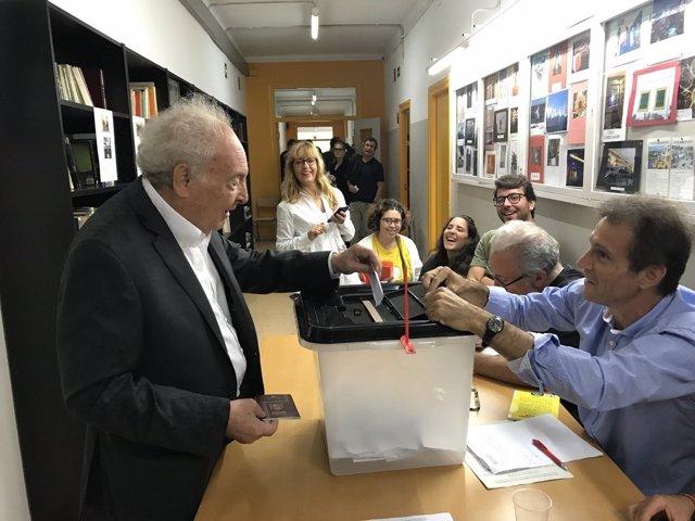 Eduard Punset vota en el referéndum del 1-O