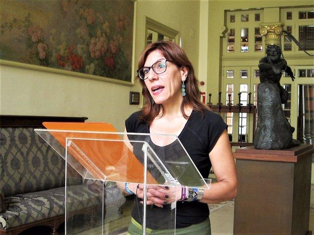 Laura Camargo atiende a los medios en el Parlament