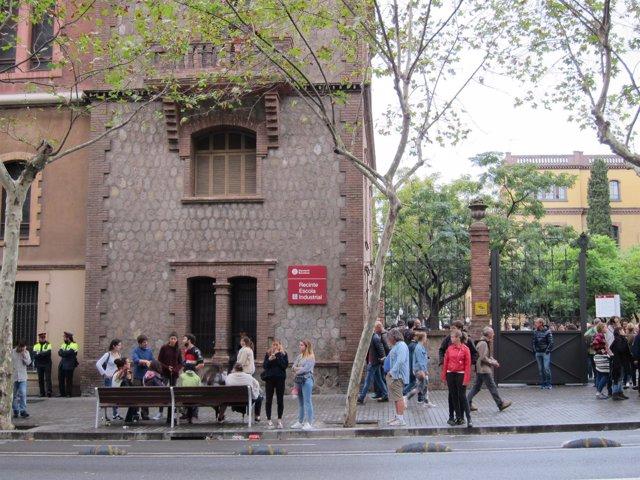 Dos mossos en la puerta de la Escola Industrial en Barcelona