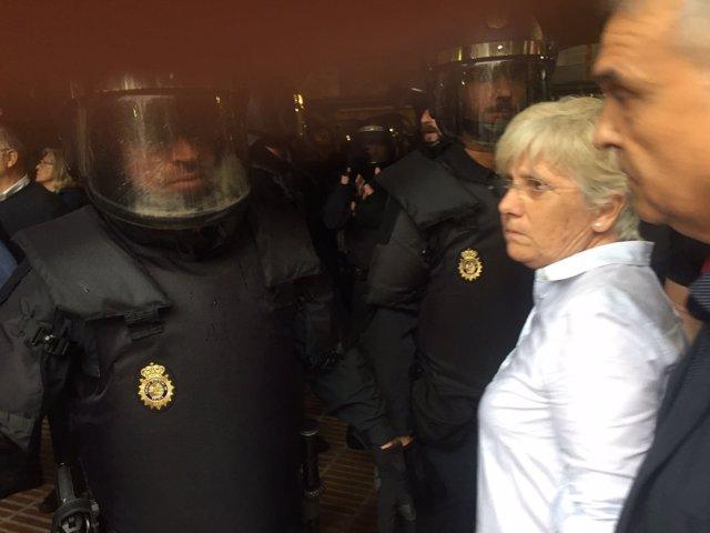 La consellera C.Ponsatí a la entrada de agentes de la Policía en la Conselleria