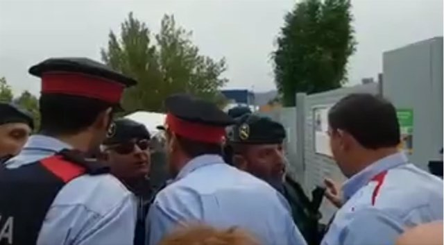 Agentes de los Mossos d'Esquadra y de la Guardia Civil se encaran durante el 1-O