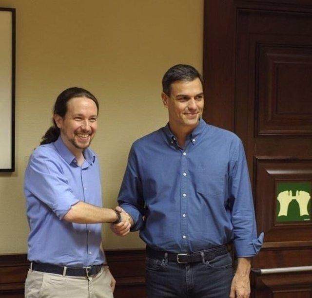 Pablo Iglesias (izquierda) con Pedro Sánchez.