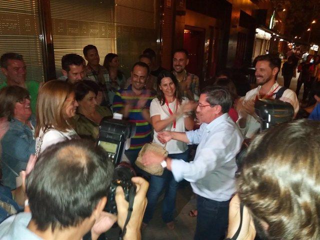 José Entrena, felicitado por sus compañeros tras ganar las primarias del PSOE