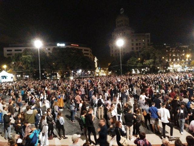 Concentrados en plaza Catalunya la noche del referéndum