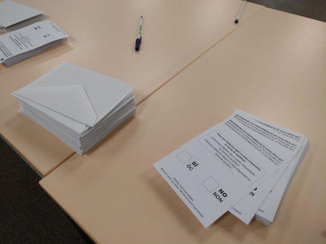 Papeletas y sobres del referéndum del 1-O