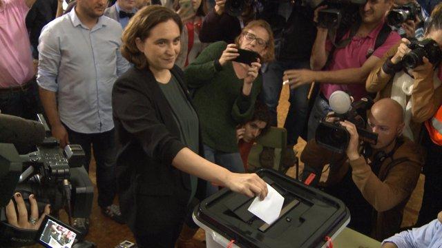 Colau vota tras horas horas de cola