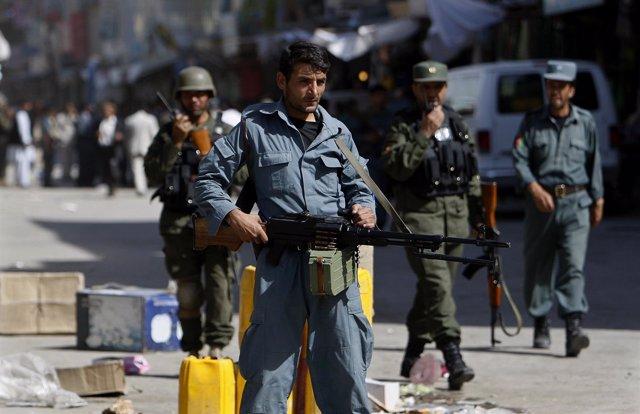 Policias Afganos Patrullan Una Calle De Kabul