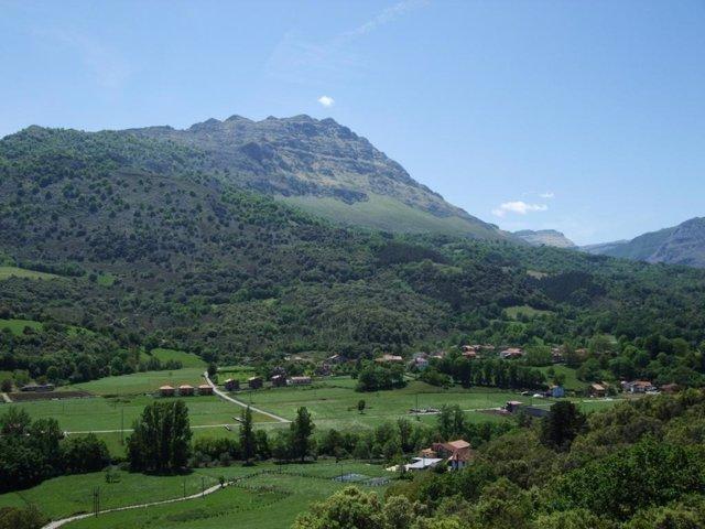 Vista de la peña Rocías desde el Mirador del Valle