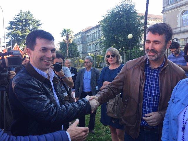 Gonzalo Caballero y Juan Díaz Villoslada (PSdeG) se saludan en una manifestación