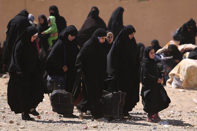 Mujeres musulmanas huyen de la ciudad siria de Raqqa