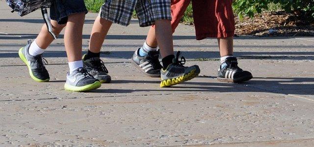 Niños, alumos caminando al colegio
