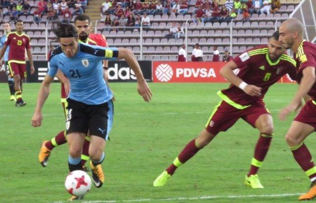Edinson Cavani en un partido con Uruguay ante Venezuela
