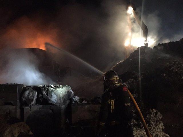 Incendio en una planta de tratamiento de residuos en Serranillos del Valle