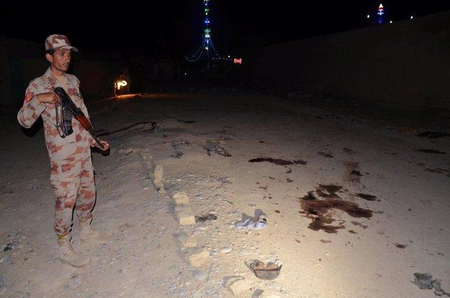 Un soldado pakistaní en el lugar del ataque suicida