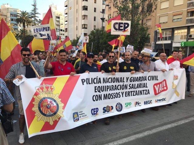 Manifestación de Jusapol en Alicante por equiparación salarial