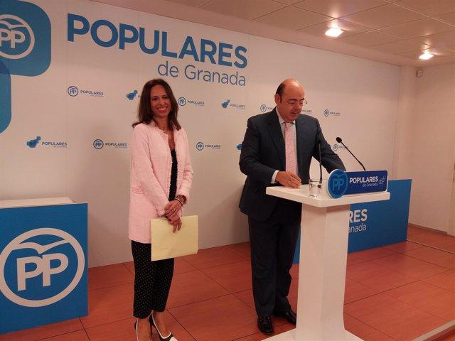 La portavoz municipal del PP Rocío Díaz y el presidente popular Sebastián Pérez
