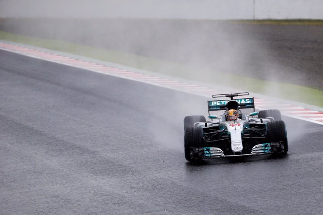 Lewis Hamilton (Mercedes) bajo la lluvia de Japón