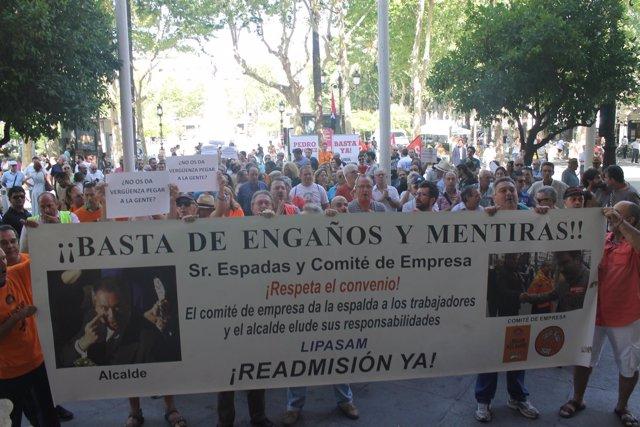 Exeventuales de Lipasam, Participa e IU protestan por el desalojo en Sevilla
