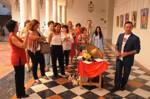 Pozuelo (centro, de blanco) visita la exposición dedicada a Frida Kahlo