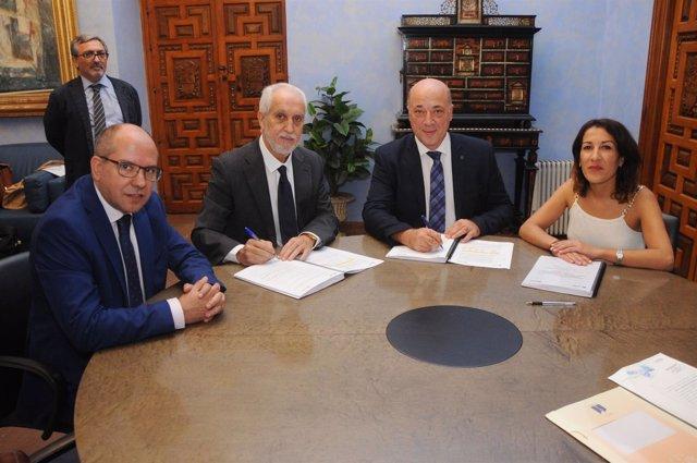 Antonio Ruiz (dcha.) en la firma del contrato