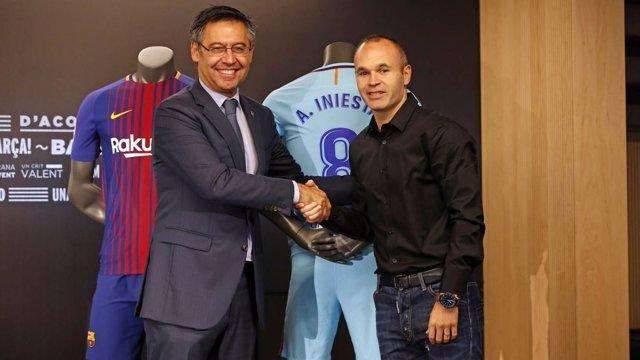 Iniesta y Bartomeu tras firmar la renovación con el Barcelona
