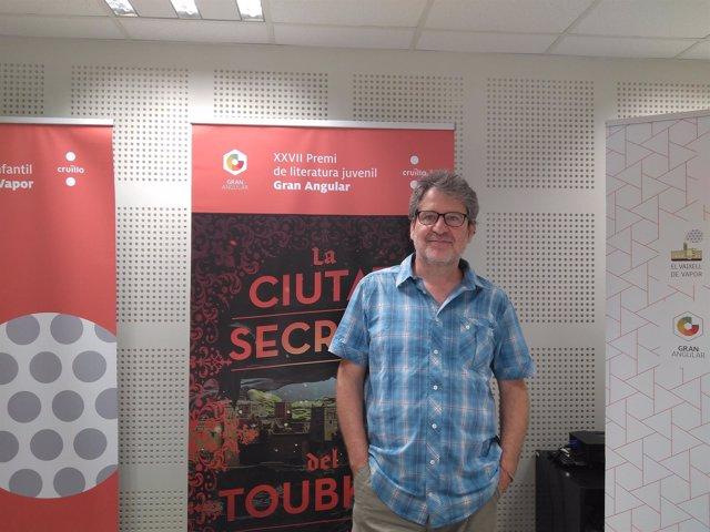 El escritor catalán Francesc Puigpelat ganador del premio Gran Angular