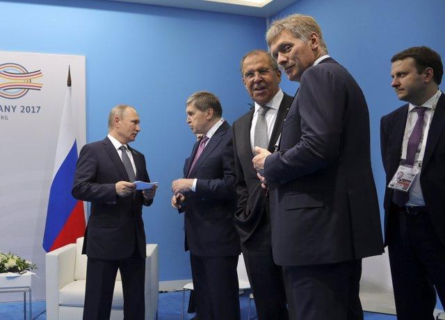 El presidente ruso, Vladimir Putin, junto a algunos de sus ministros