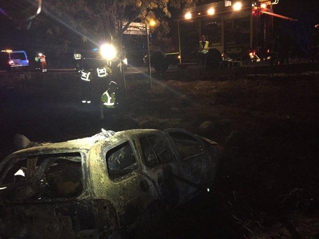 Vehículo incendiado en Guadalix (Madrid) donde han fallecido dos personas