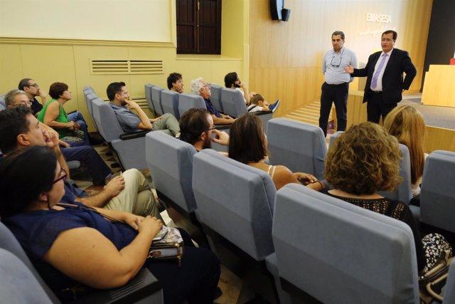 Cabrera y técnicos de Emasesa en el IES San Isidoro