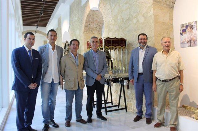 Juan Pérez (centro) junto a otros alcaldes de Caminos de Pasión
