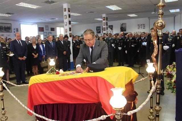 El ministro Zoido condecora al subinspector Blas Gámez (archivo)