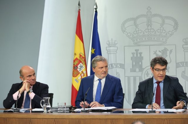 Luis de Guindos, Iñigo Méndez de Vigo y Álvaro Nadal en rueda de prensa