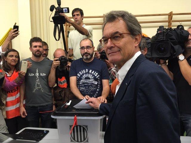Artur Mas vota en el referéndum del 1-O