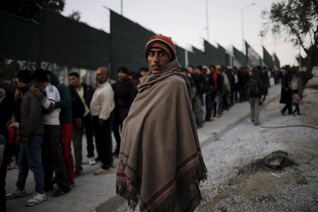 Un refugiado en un campamento griego en invierno en una imagen de archivo