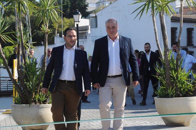 Antonio Ruiz (dcha.) visita el Paseo Adarve de Santaella