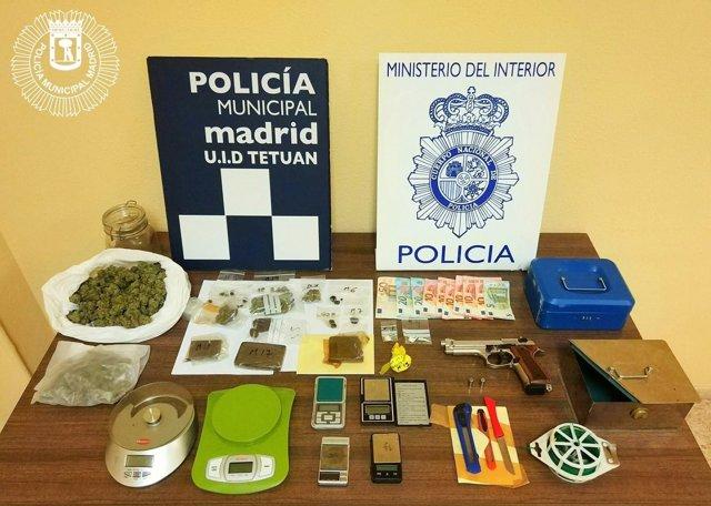 Cogollos de marihuana y armas