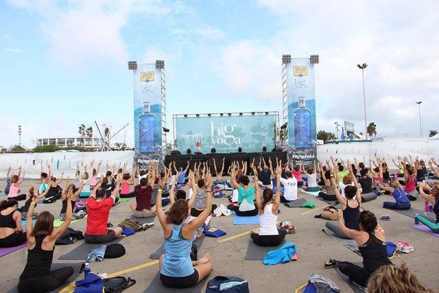 Sesión de yoga en la Marina