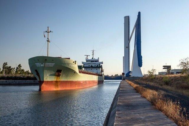 Barco en el Puerto de Sevilla