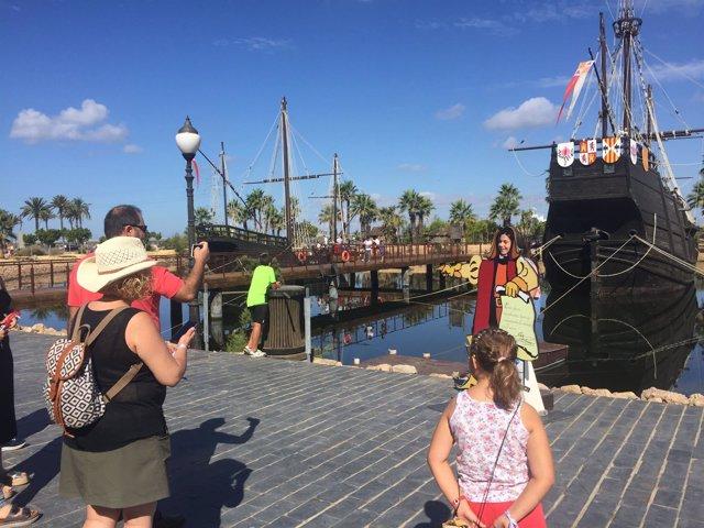Visitantes en el Muelle de las Carabelas de Huelva