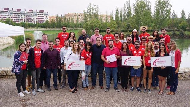 El socialista, junto a jóvenes de la organización