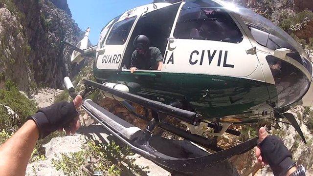 Imagen del rescate con el helicóptero de la Guardia Civil