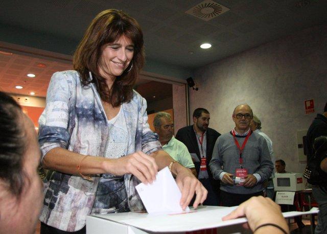 Carmen Dueso vota en la sede del PSOE-Aragón.