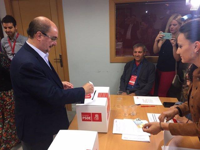 Lambán vota en las primarias del PSOE.