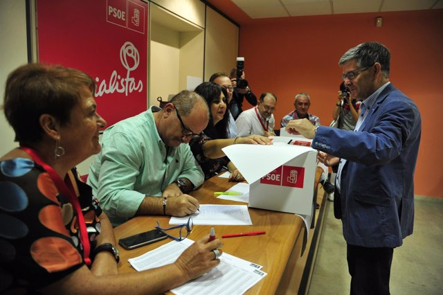 Guillén votando en las primarias del PSOE-Aragón.