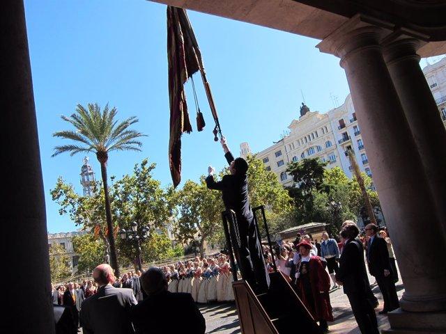 Izando La Real Senyera El Día De La Comunidad Valenciana
