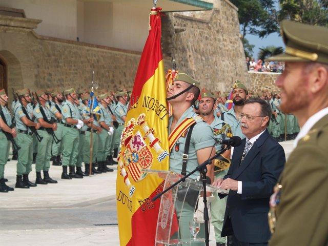 El presidente de Ceuta, Juan Vivas, ante la Legión