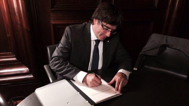 El pte.C.Puigdemont firma la ley del referéndum